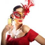 Tragende Karnevalsmaske der Frau mit Glas Champagner Lizenzfreie Stockfotografie