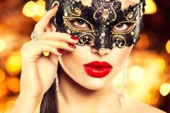 Tragende Karnevalsmaske der sexy Frau Stockbild