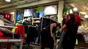 Tragende Kleidung der Arbeitskraft auf Anzeigenfrauenmannequin stock video footage