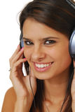 Tragende Kopfhörer der Frau lizenzfreies stockbild