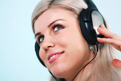Tragende Kopfhörer der Frau, die Musik hören Lizenzfreie Stockfotos