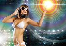 Tragende Kopfhörer des Bikinimädchens Lizenzfreie Stockfotos