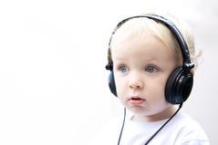 Tragende Kopfhörer des jungen Jungen III Stockfoto