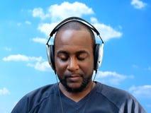 Tragende Kopfhörer des Mannes stockfotos