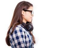 Tragende Kopfhörer des netten Brunette Stockfotografie
