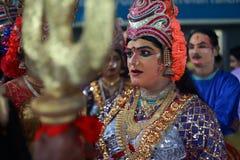 Tragende Kostüme der Leute von mythologischen Charakteren lizenzfreie stockfotografie