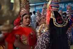 Tragende Kostüme der Leute von mythologischen Charakteren stockbild