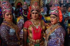Tragende Kostüme der Leute von mythologischen Charakteren lizenzfreies stockbild