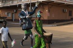 Tragende Kostüme der Leute während der Karnevalsfeiern in einer Straße der Stadt von Bisssau stockfoto