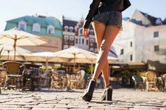 Tragende kurze Hosen und Fersen der Frau stockbild