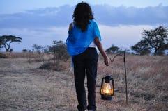 Tragende Lampe der Frau Stockfoto