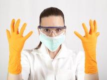 Tragende Latexhandschuhe netten Doktors Lizenzfreies Stockbild