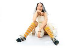 Tragende laufende Schuhe und Socken der träumerischen Braut Lizenzfreies Stockbild