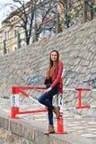 Tragende Lederjacke, Blue Jeans und Stiefel des Brunettemädchens lizenzfreies stockbild