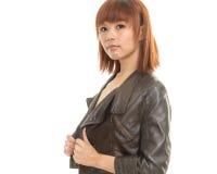Tragende Lederjacke der schulterfreien jungen Asiatin Stockfotos