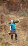 Tragende Logonschulter des starken Holzfällers lizenzfreie stockfotografie