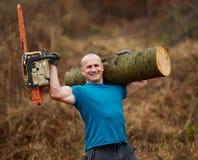 Tragende Logonschulter des starken Holzfällers lizenzfreie stockbilder