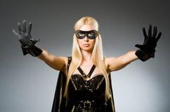 Tragende Maske der Frau gegen Lizenzfreies Stockbild