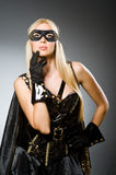 Tragende Maske der Frau gegen Stockbild
