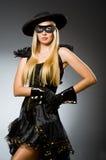 Tragende Maske der Frau gegen Stockfotografie