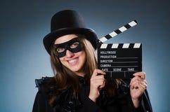 Tragende Maske der Frau mit Filmbrett Stockfotos