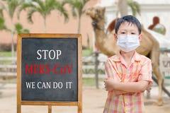 Tragende Maske des asiatischen Jungen mit Text Stockfotos