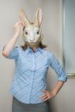 Tragende Maske des Büroangestellten Stockfotos
