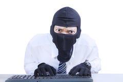 Tragende Maske des Geschäftsmannes, die Informationen stiehlt Stockfoto