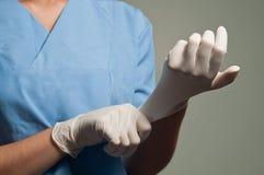 Tragende medizinische Handschuhe lizenzfreies stockfoto