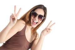 Tragende Modesonnenbrille des lustigen zufälligen Jugendlichmädchens Stockfotos