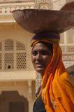 Tragende Nahrung der indischen Frau in der Schüssel auf Kopf stockbild