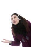 Tragende Ohrmuffen der jungen attraktiven Frau Lizenzfreie Stockbilder