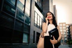 Tragende Ordner der Geschäftsfrau lizenzfreies stockfoto
