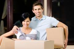 Tragende Pakete des glücklichen Paars Papp Lizenzfreie Stockfotos