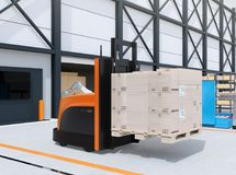 Tragende Palette des autonomen Gabelstaplers von Waren in den Logistik zentrieren Stockbilder