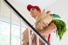 Tragende Papiertüten der männlichen Lieferungslebensmittelgeschäft-Person lizenzfreies stockbild