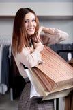 Tragende Papiertütenfrau ist glücklich Lizenzfreie Stockbilder