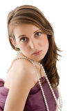 Tragende Perlenhalskette der Frau Lizenzfreie Stockfotos