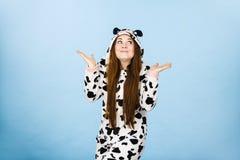 Tragende Pyjamakarikatur des jugendlich verwirrten Mädchens Lizenzfreie Stockfotos