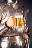 Tragende Rüstung des Ritters Stockfotografie