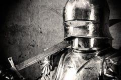 Tragende Rüstung des Ritters Lizenzfreie Stockfotografie