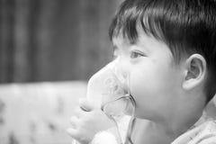 Tragende Sauerstoffmaske des kleinen Jungen in der Krankenstation Stockfotografie