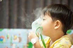 Tragende Sauerstoffmaske des kleinen Jungen in der Krankenstation Stockfoto