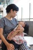 Tragende schlafende Tochter der asiatischen chinesischen Mutter innerhalb eines MRT-sta Stockbild