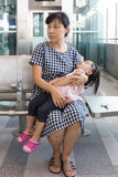 Tragende schlafende Tochter der asiatischen chinesischen Mutter innerhalb eines MRT-sta Lizenzfreies Stockbild