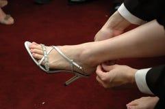 Tragende Schuhe stockbild