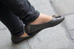 Tragende Schuhe Lizenzfreie Stockbilder