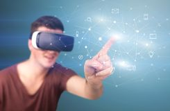 Tragende Schutzbrillen der virtuellen Realität des Mannes Stockfotografie