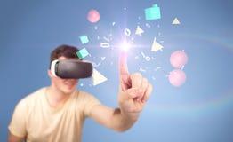 Tragende Schutzbrillen der virtuellen Realität des Mannes Lizenzfreies Stockbild