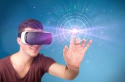 Tragende Schutzbrillen der virtuellen Realität des Mannes Stockbilder